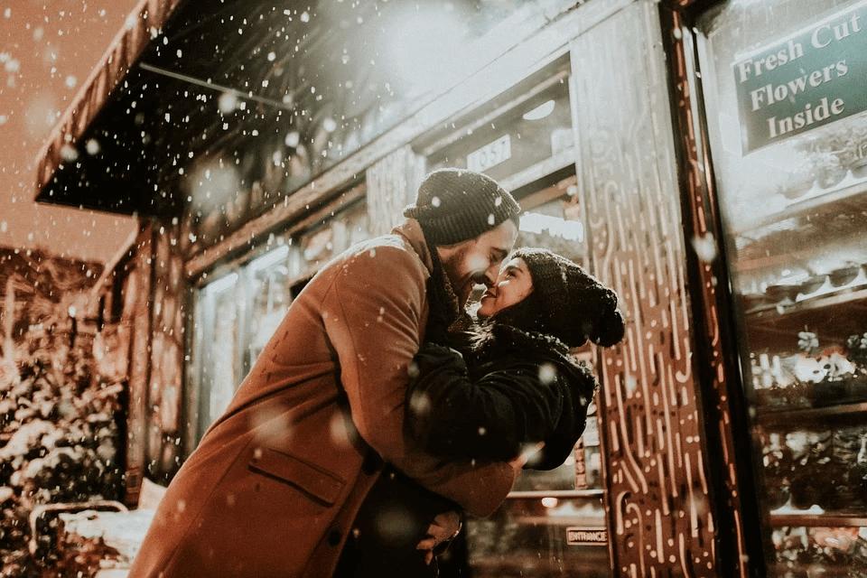 Pria dan wanita saling berpelukan dalam cuaca dingin