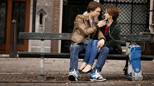 momen manis antara Gus dan Hazel yang duduk di bangku di Amsterdam