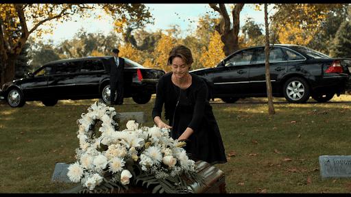 adegan Hazel menaruh bunga putih di peti mati Gus